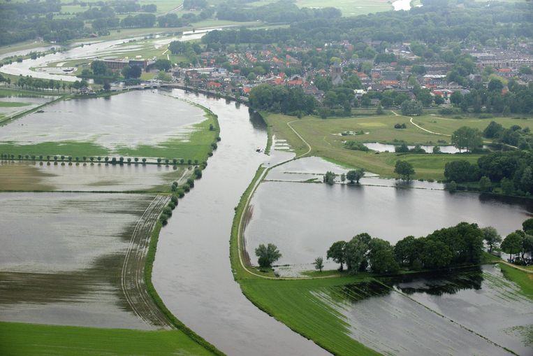 epa04231231 An aerial view after a heavy rainfall, caused the Vecht river to flood near Dalfsen in eastern Netherlands, 29 May 2014.  EPA/BRAM VAN DE BIEZEN Beeld null