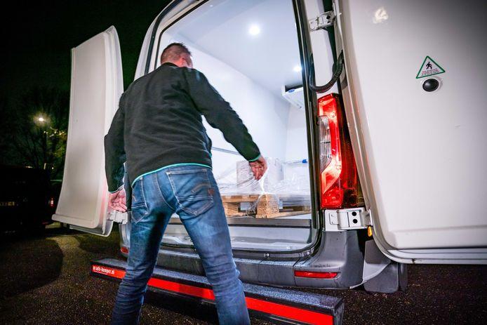 Coronavaccins van Pfizer en BioNTech arriveren vanaf het bedrijf Movianto in het Nederlandse Oss bij de priklocatie in Veghel, een dag voordat de eerste groep Nederlanders wordt gevaccineerd.