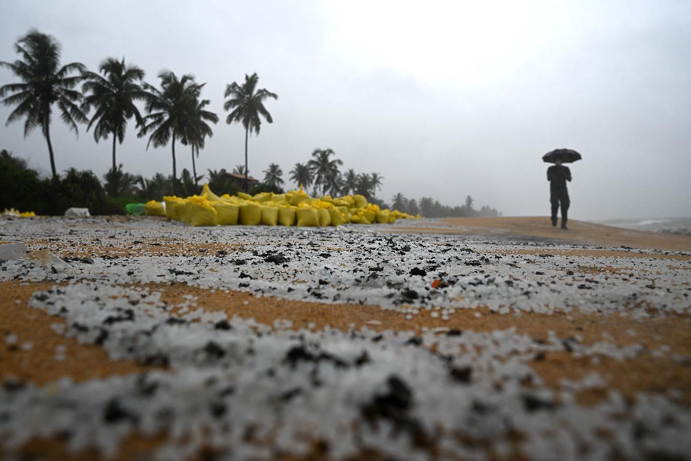 Er is al voor ettelijke tonnen aan microplastics aangetroffen op de stranden.