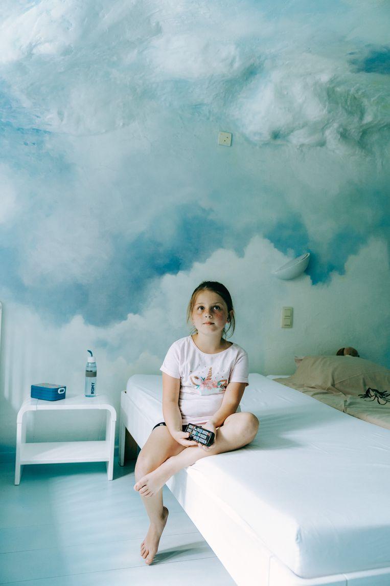 Romy (8) in haar wolkenkamer in Villa Rozerood: 'Gaan er hier nog kinderen zijn met een stoma?' Beeld Illias Teirlinck