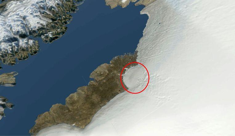 Satellietfoto van de huidige situatie. De krater is als halfronde 'uitstulping'  van het ijs te herkennen. Beeld Science Advances