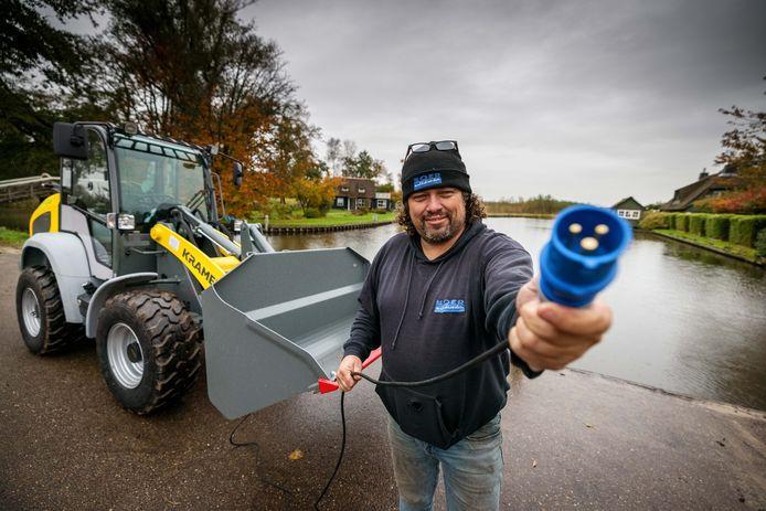 Erik Boer met zijn e-shovel bij de loswal aan de Kerkweg.