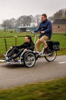 Burgemeester brengt rolstoelers per fiets naar stemlokaal