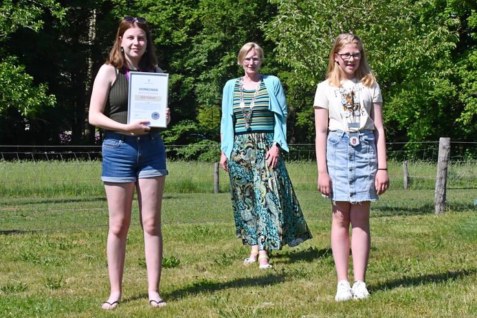 Elif Yuksel (14, links) heeft het Bronckhorster jeugdlintje gekregen van burgemeester Marianne Besselink en jeugdburgemeester Anne Letink.