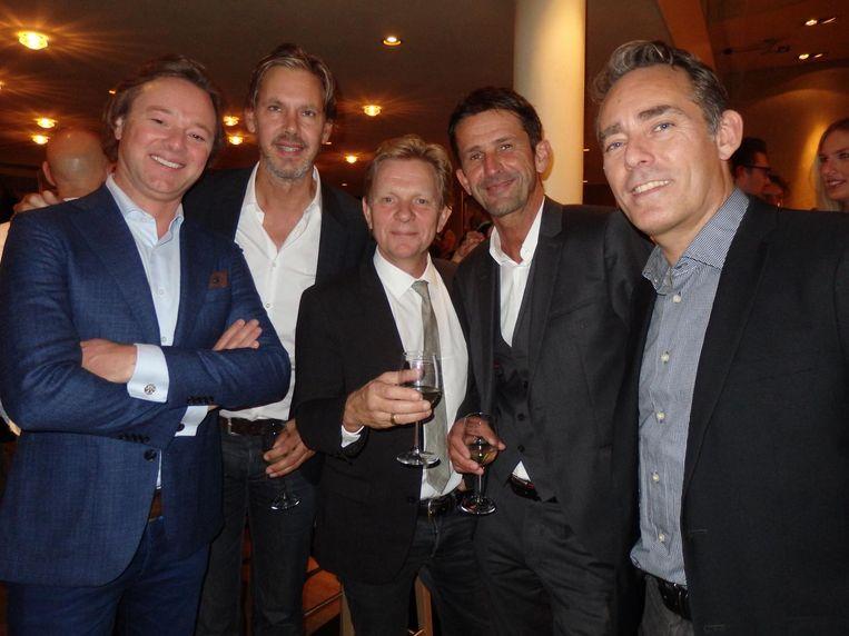 Presentator Frits Sissing, Paul Stork, de partner van regisseur Michiel van Erp, presentator Cornald Maas en zijn partner Martijn van Schieveen. Net buiten beeld: man met cappuccino Beeld Schuim