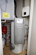 De installaties voor de vloerverwarming, warm water en ventilatie met warmteterugwinning.