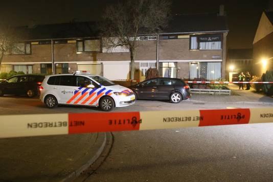 Politie bij het huis waar geschoten is.