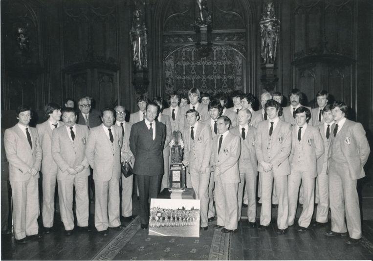 De Rode Duivels krijgen de Natione Trofee voor Sportverdienste uit handen van prins Albert.