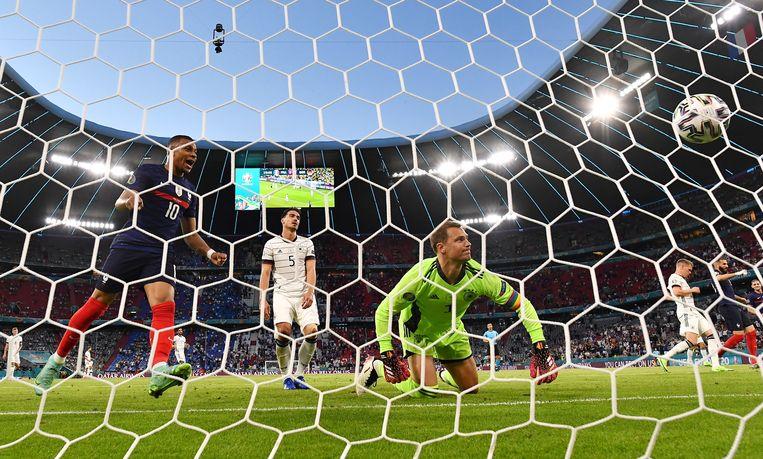 Kylian Mbappe kan zijn geluk niet op als Manuel Neuer het eigen doelpunt van Mats Hummels in het Duitse net ziet gaan. Beeld EPA