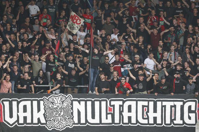De supporters van NEC zingen de spelers toe tijdens de wedstrijd tegen Willem II.