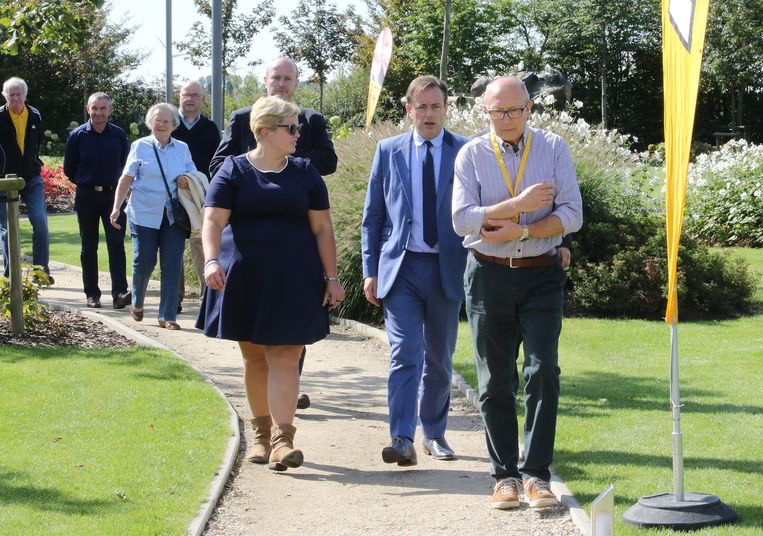 Leden van de Langsemarkse N-VA verwelkomen Bart De Wever.