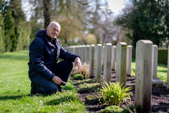 Oldenzaler Sepp Ankoné bij het graf van piloot Buck Jenvey (op de Oosterbegraafplaats), die in de oorlog bij zijn familie zat ondergedoken en in Hengelo door de Duitsers werd vermoord.