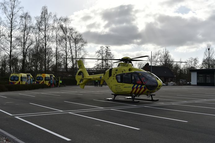 De traumahelikopter landt bij de McDonald's in Heerde.