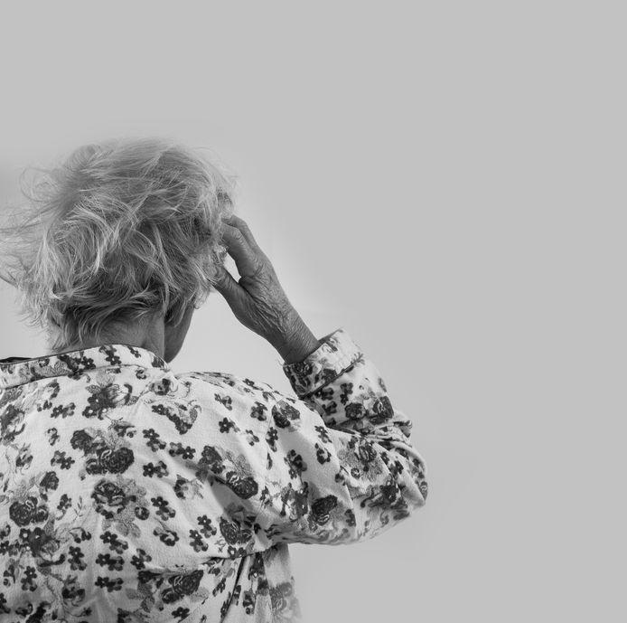 Mensen met dementie krijgen vaak minder kalmerende medicijnen uit angst voor bijwerkingen. Maar dat kan juist een negatief effect hebben op pijnbestrijding.
