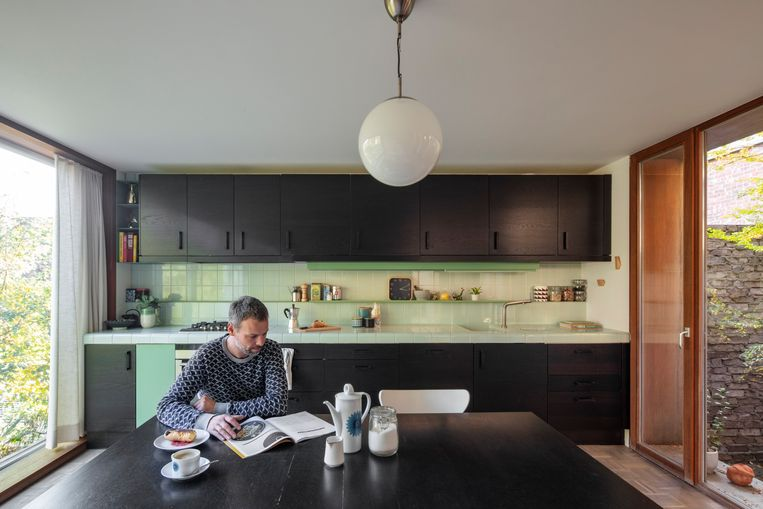 Het aanrecht en de pompbak in de keuken werden uitgevoerd in lichtgroene DTiles.  Beeld Tim van de Velde