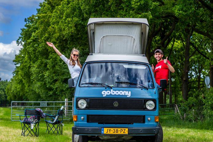 Op vakantie in coronatijd. William de Dix en Margje Hoogland (25 en 24) en hun Volkswagen T3.