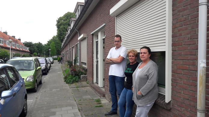 Marcel Visser, Jolanda Slegers en Petra Visser-van Gulik (vlnr) zijn niet bepaald blij met het rolluikenbeleid van Woonbedrijf in de Eindhovense wijk Tivoli.