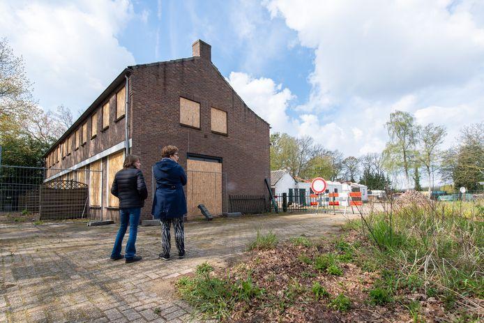 Het verpauperde café-pension De Sportvriend - beter bekend als 'Zaal Roovers' - aan de Zundertseweg in Etten-Leur. De uitgebrande zaal is inmiddels gesloopt. Voor het pand de dochters van wijlen Gerrit en weduwe Cor Roovers, Jolanda (links) en Henny.