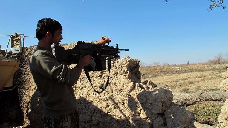 Een soldaat houdt de wacht in Helmand. Beeld afp