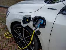 'Waarom toch dat geklungel met die stroomkabel bij elektrische auto's?'