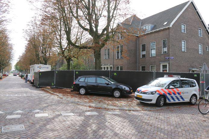 Bij de woning heeft de politie een PD unit neergezet.