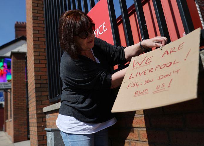 Een supporter laat weten dat de clubeigenaren van Liverpool lijnrecht ingaan tegen de wensen van de fans.