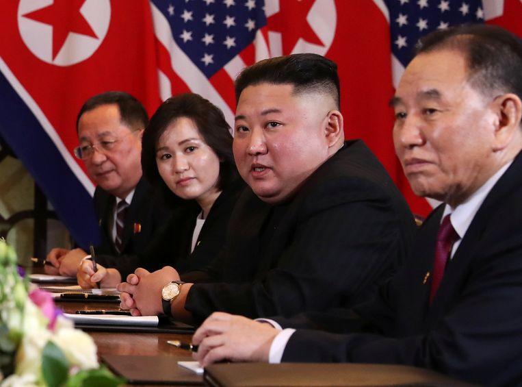 De Noord-Koreaanse leider Kim Jong-un met uiterst links minister van buitenlandse zaken Ri Yong-ho en rechts Kim Yong-chol. Beeld Reuters