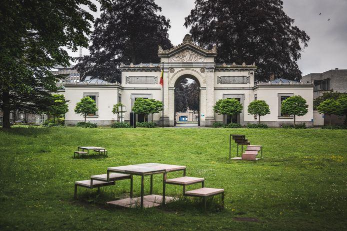 De poort van de Westerbegraafplaats kan na sluitingstijd van binnenuit worden geopend. De knop om dat te doen, zal binnenkort verdwijnen