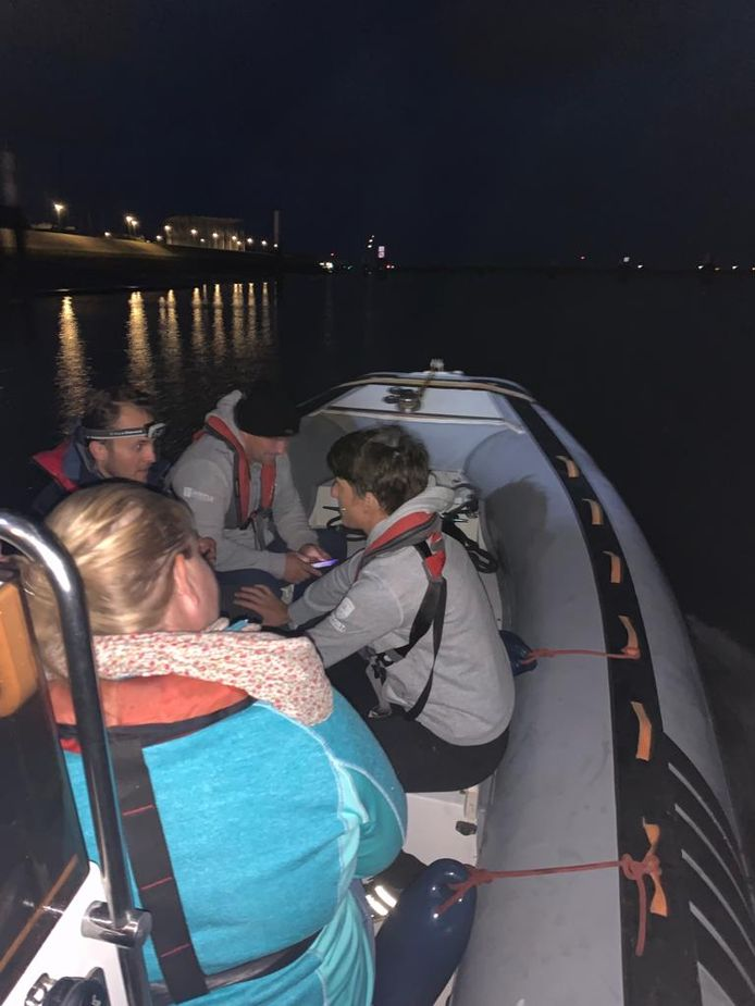 Met de rubberboot naar de grens van België en Frankrijk in De Panne