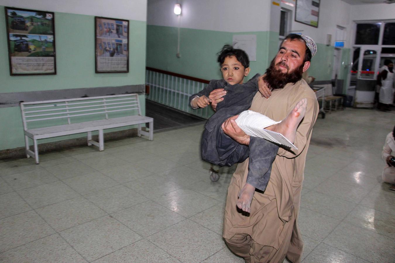 Een man brengt een gewond kind binnen. De jongen zat in een bus die op een bermbom reed.