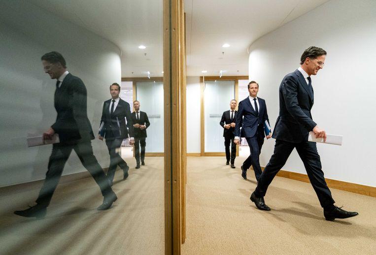 Demissionair premier Mark Rutte en demissionair minister Hugo de Jonge (Volksgezondheid, Welzijn en Sport) na de persconferentie over de coronamaatregelen van dinsdagavond. Beeld ANP