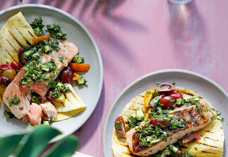 Lekker op de barbecue: gegrilde zalm met avocado-chimichurri en tomatensla Beeld Libelle
