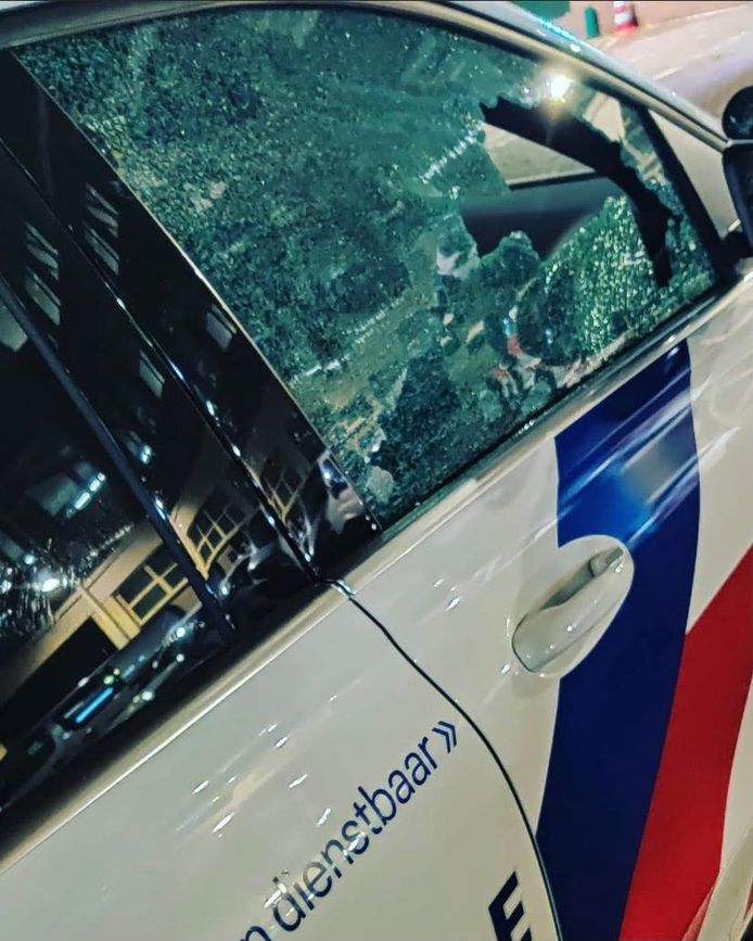 Opnieuw overlast en onrust op de kermis in het Utrechtse Griftpark; politie werd belaagd en ook de dienstwagens liepen schade op.