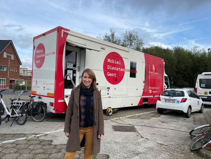 Schepen Isabelle Heyndrickx kwam maandag een kijkje nemen in het mobiel dienstencentrum aan de Watersportbaan.
