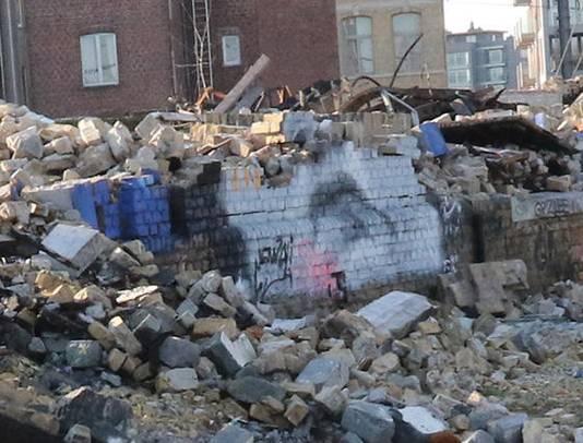 De muur is intussen deels gesloopt uit veiligheidsoverwegingen.