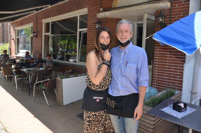 Alessandra en haar partner Jean-Paul aan café De Moezen in Sombeke.