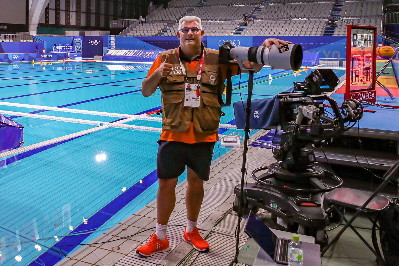 Marcel ter Bals uit Borculo, op de foto gezet door een Japanse vrijwilliger, in het zwembad waar hij deze weken vele uren doorbrengt.