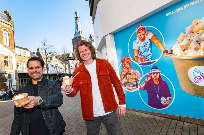 Op de achtergrond: Ozzy Osbourne en John F. Kennedy eten softijs. Koos (links) en Sander zijn de uitbaters van de nieuwe ijssalon.