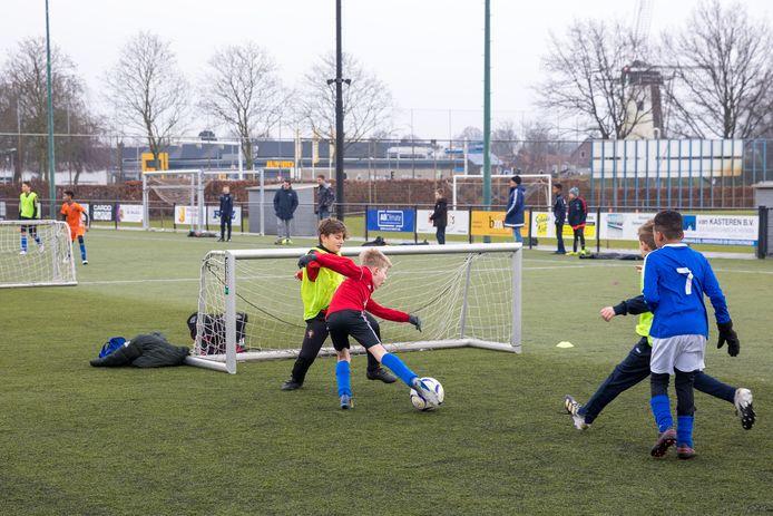 De jeugd van Marvilde voetbalt - in plaats van het jaarlijkse zaalvoetbaltoernooi - buiten op kleine veldjes.