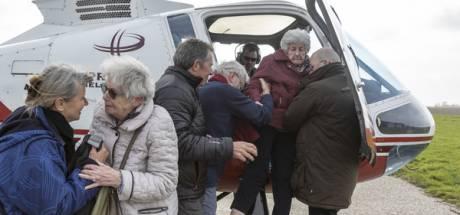 Zeeuwse zussen (95 en 90) samen in helikopter boven Zeeland: 'Als ik misselijk word, wil ik terug'