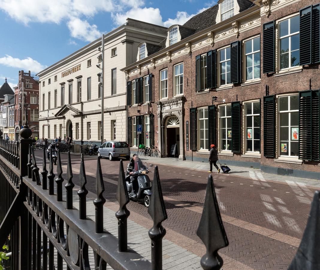 Beide panden van Huis73 aan de Hinthamerstraat. Met rechts het Muzerijpand en links de bibliotheek.