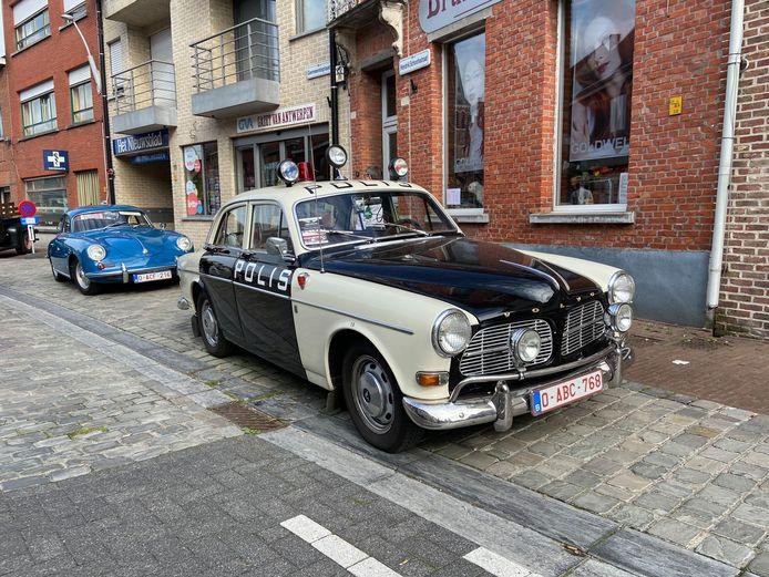 Een oldtimerpolitiewagen