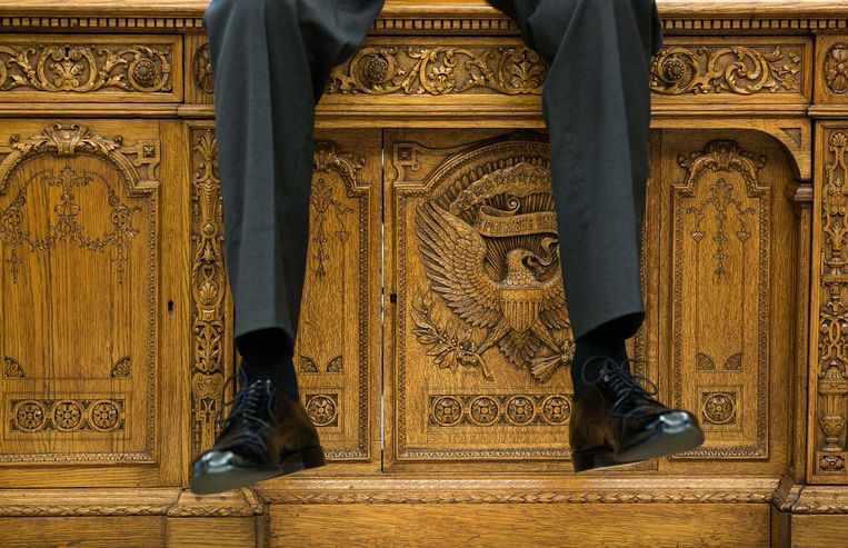 De benen van Obama over de 'Resolute desk', een geschenk van koningin Victoria van Engeland in 1880. Beeld Pete Souza / The White House