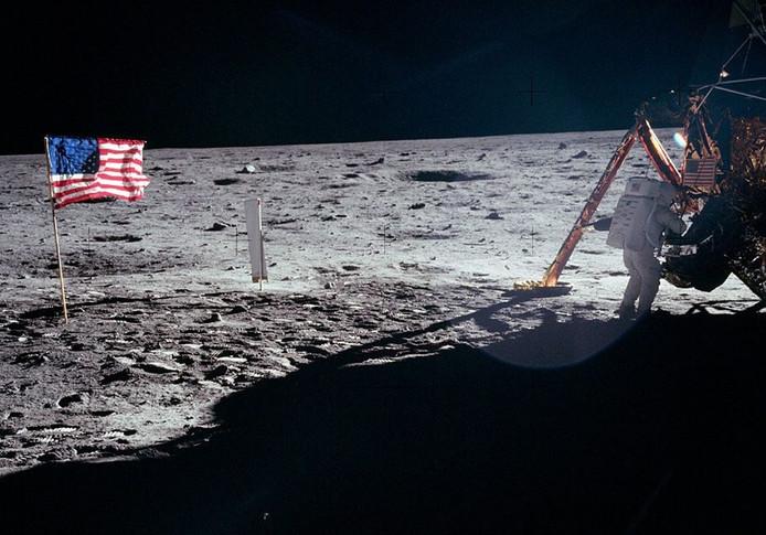 'The Eagle has landed'. Armstrong aan het werk bij de maanlander.