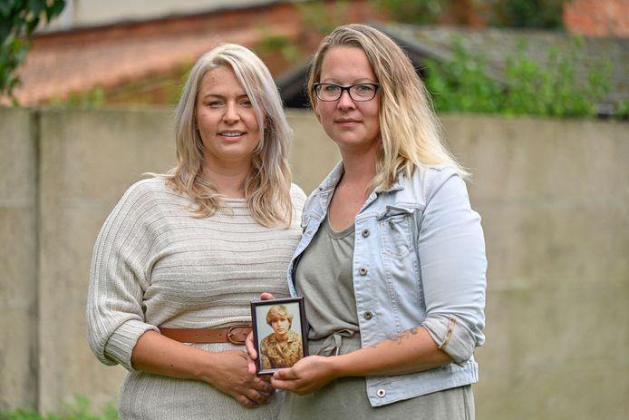 Vanessa (links) en Jessica zijn een zoektocht gestart naar info over hun moeder en het ongeluk waarin ze in 1994 het leven liet. Een speld in een hooiberg, beseffen ze, maar ze willen het er toch op wagen.