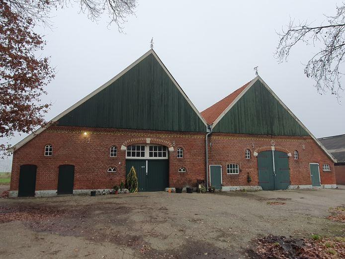 Tweekapsboerderij eventueel geschikt voor bewoning.
