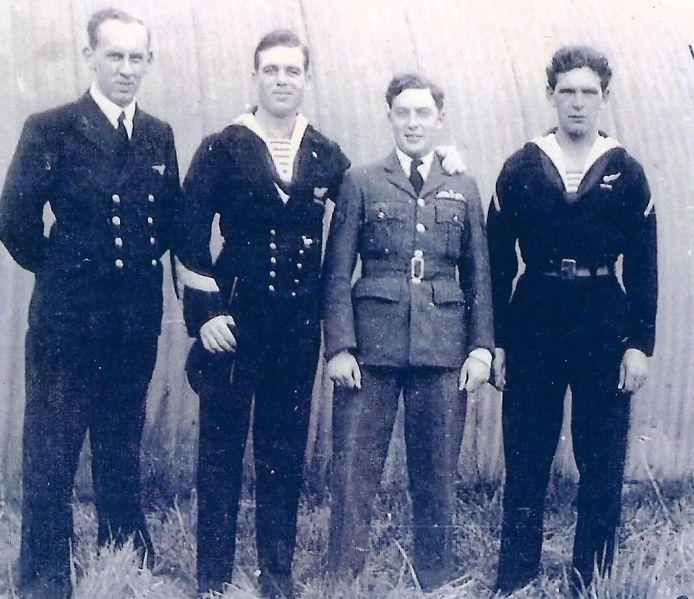Janus Heijblom (rechts) met leden van zijn quadron.