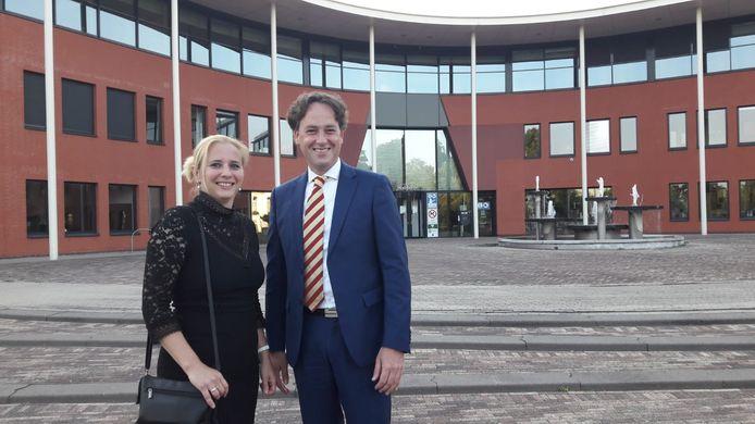 De nieuwe burgemeester Bernd Roks en zijn vrouw Nathalie kwamen donderdagavond al naar het gemeentehuis.