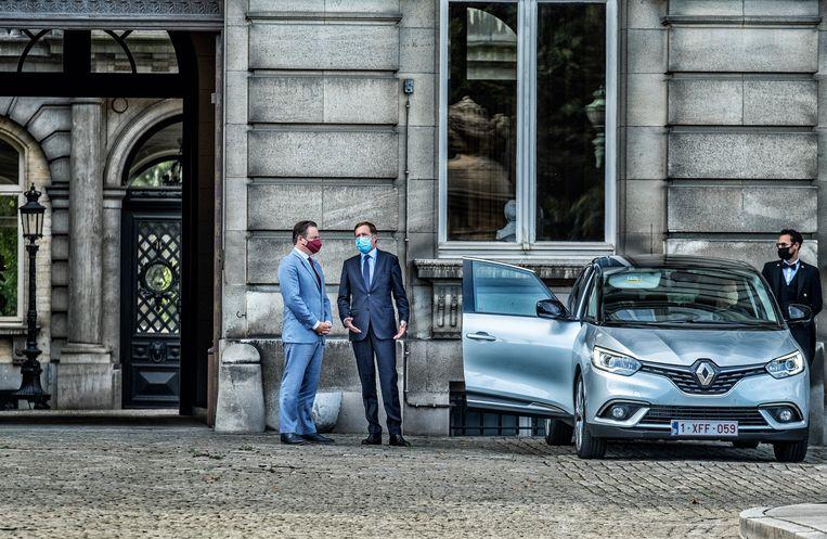 Bart De Wever (N-VA) en Paul Magnette (PS) voor het paleis. Vooral uit Vlaamse hoek zou een premierschap van Magnette op felle weerstand botsen. Beeld Tim Dirven