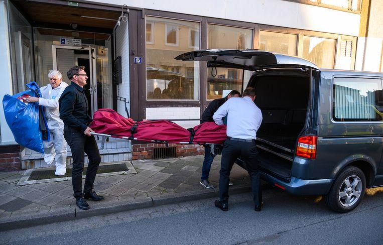 Een lichaam wordt afgevoerd bij het huis in Wittingen. Beeld Christophe Gateau/dpa